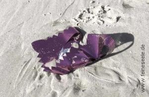achtsamkeiten alltag müll im sand